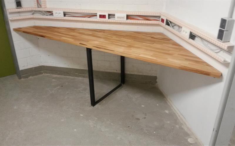 Schreibtisch Mit Buchenholzplatte In Die Ecke Gebaut Fun Metall